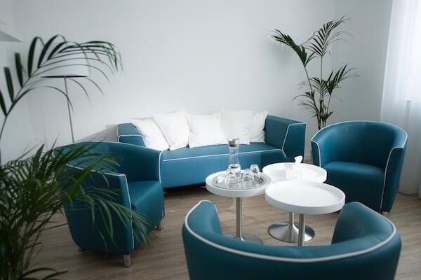 Der Praxisraum zeigt eine Couch, gemütliche Sessel, Getränke und eine Taschentücherbox für die gefühlvollen Liebes- und Beziehungsthemen.
