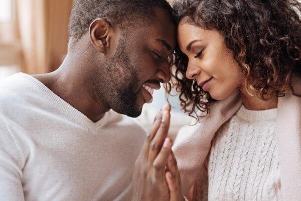 Ein innig, herzverbundenes Paar genießt mit zärtlichen Händeberührungen ihre Liebe und Beziehung zueinander.