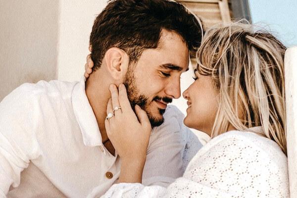 Ein glückliches Paar schaut sich liebevoll in die Augen und genießen ihr Beziehungsglück.