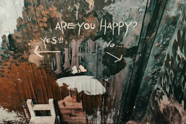 Eine Wand mit der Aufschrift: Are your happy? Yes!!! No...